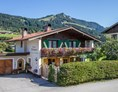 Frühstückspension: Gästehaus Neumayer alpine**sports**appartements, Hausansicht von Süden - Sommeransicht! - Pension Neumayer